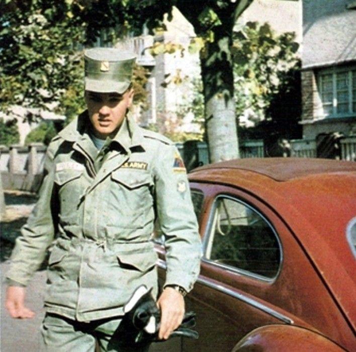 Окей, розовый «Кадиллак» никого не удивляет, а что ты скажешь про красный «Фольксваген»? На этой машине Пресли ездил (правда очень недолго) во время прохождения воинской службы в Западной Германии. Но «Жучок» ему быстро надоел и Элвис подарил «Фольксваген»