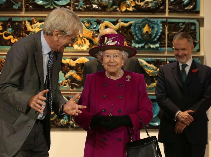 Фото №3 - Шутки Ее Величества: Елизавета II знает толк в черном юморе