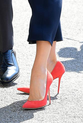 Фото №3 - Как носить красные туфли и босоножки этим летом (47 звездных примеров)
