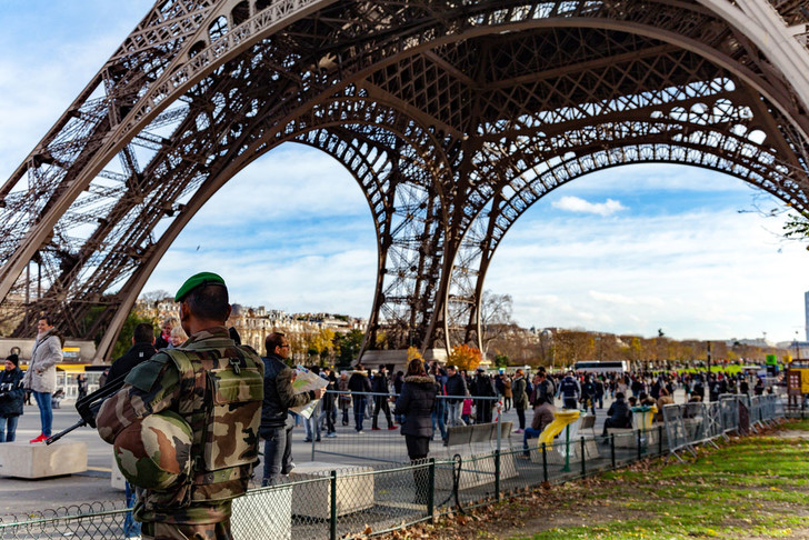 Фото №1 - Эйфелеву башню обнесут защитным барьером