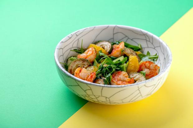 Фото №1 - Легкий перекус: рецепт летнего салата с креветками и апельсином
