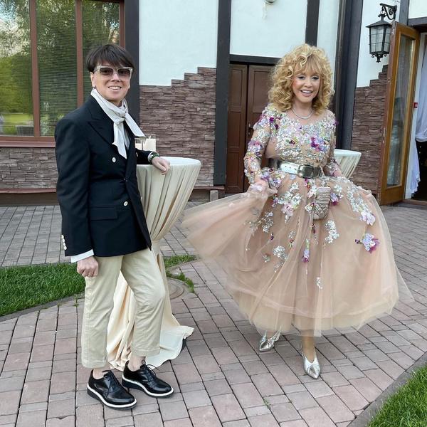 Фото №2 - Пугачева в образе Барби и звездные гости: Галкин показал видео с дня рождения Орбакайте