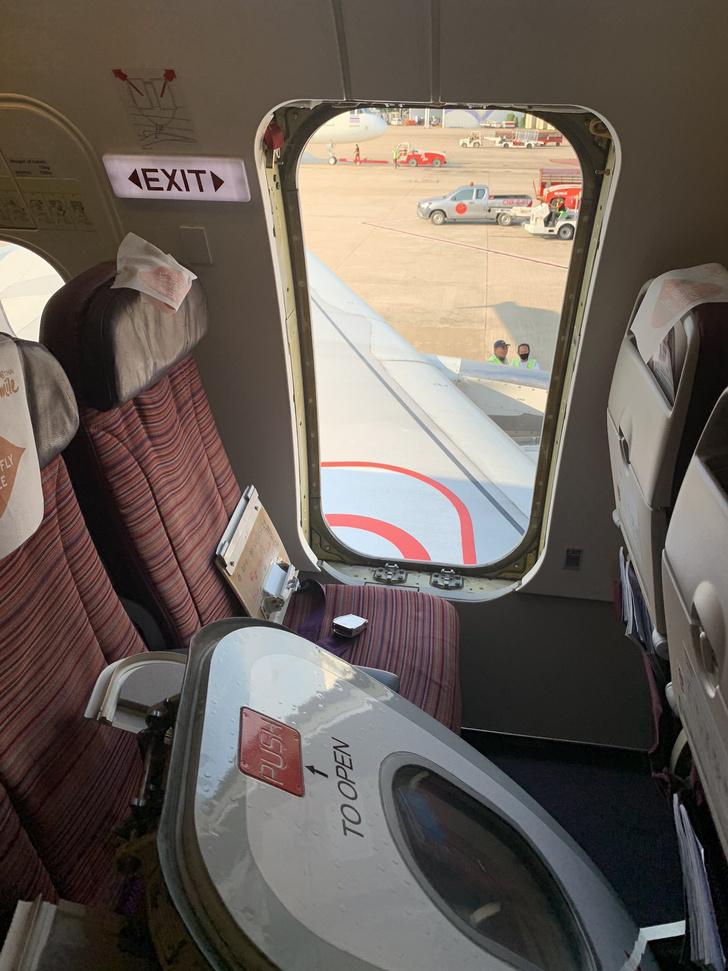 Фото №2 - В Таиланде безумный пассажир перед вылетом оторвал дверь у самолета (фото)