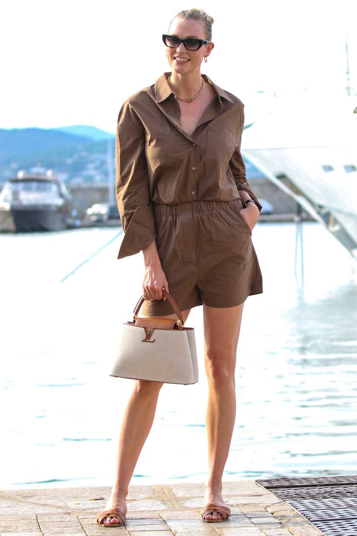 Фото №1 - Льняной костюм с шортами— идеальный вариант в 30-градусную жару. Посмотрите на Карли Клосс и убедитесь в этом сами
