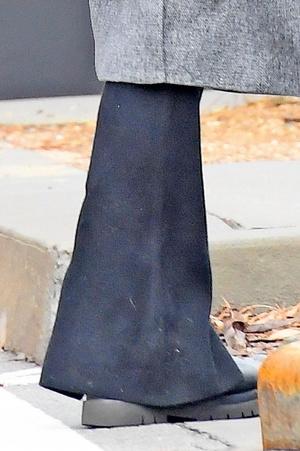 Фото №22 - Ирина Шейк вышла погулять в грязных штанах и «дырявом» пальто
