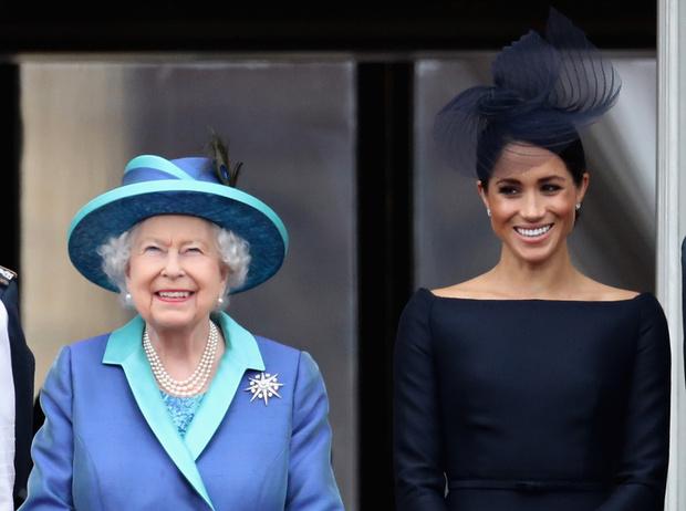 Фото №1 - Почему Меган Маркл стояла на балконе рядом с Королевой (а Кейт – никогда)