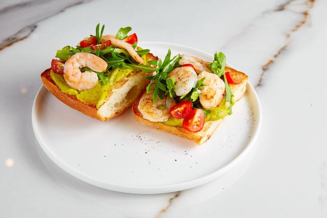Брускетта с креветками, авокадо, рукколой и помидорами: пошаговый рецепт