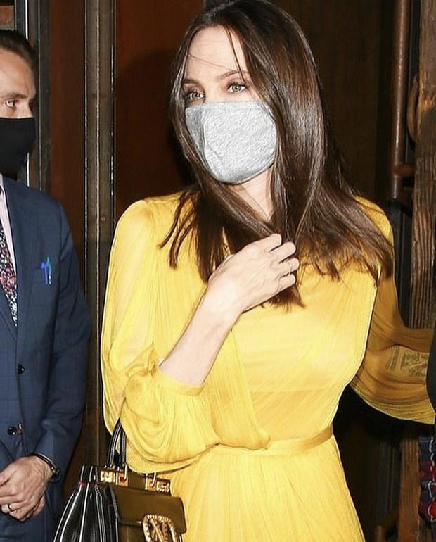 Фото №2 - Неожиданно: желтое летящее платье, в котором Анджелина Джоли отпраздновала день рождения