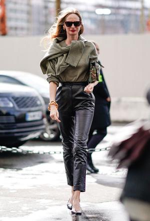 Фото №5 - Как носить кожаные брюки: самые стильные и простые сочетания