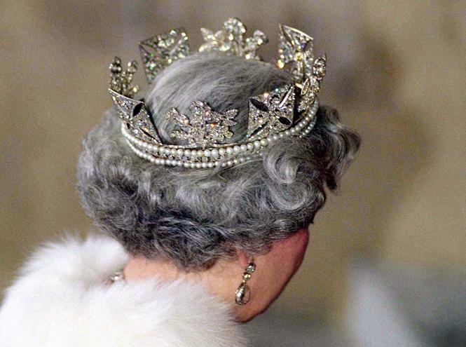Фото №19 - Как отличить Королеву: каблук 5 см, сумка Launer, яркое пальто и никаких брюк