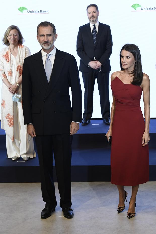 Фото №1 - Образцовое платье-футляр и «голые» туфли: королева Летиция вновь ставит на красное