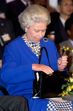 Фото №6 - Секреты дамской сумочки Елизаветы II: что Королева всегда носит с собой