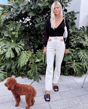 Фото №2 - Топ с глубоким декольте и брюки с вырезами в необычных местах: смелый образ Девон Виндзор