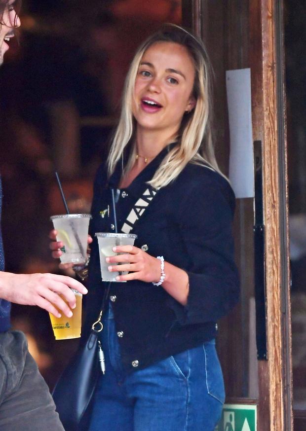 Фото №4 - Королева вечеринок: леди Амелия Виндзор нашла идеальный образ для бар-хоппинга с друзьями