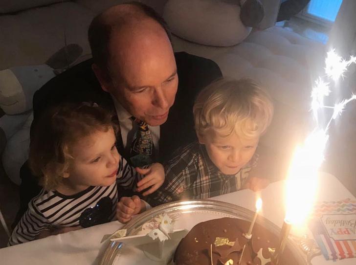 Фото №1 - В кругу семьи: князь Альбер провел свой день рождения с детьми и женой