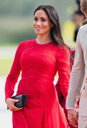 Фото №5 - Скрытые смыслы: что означали наряды Меган Маркл в первом зарубежном туре