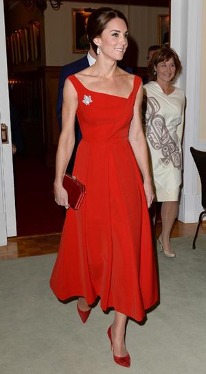 Фото №10 - 6 знаковых нарядов герцогини Кембриджской, которые она носит уже 6 лет