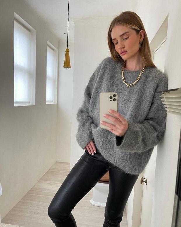 Фото №1 - Пушистый свитер + кожаные брюки: универсальный и стильный образ Роузи Хантингтон-Уайтли