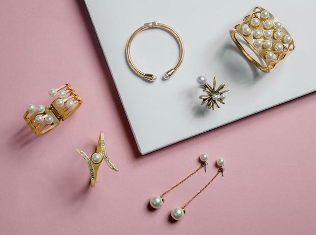 Фото №1 - Подарки по этикету: какие украшения можно дарить начальнице, маме и подруге