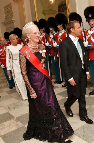 Фото №6 - Королевский статус Эммануэля (и Брижит) Макрон