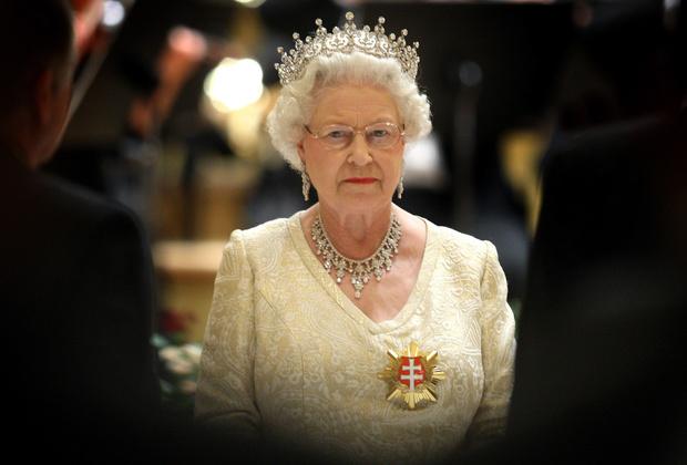 Фото №1 - Корона— лучшее лекарство от тревожности. Проверено Елизаветой II