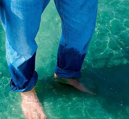 Фото №1 - Если вода прозрачная, то почему намокшая одежда темная?