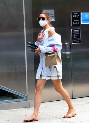 Фото №2 - Летняя многослойность: Оливия Палермо показывает свежий способ носить шорты и топ