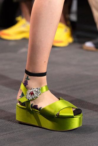 Фото №16 - Самая модная обувь весны и лета 2020: советы дизайнеров