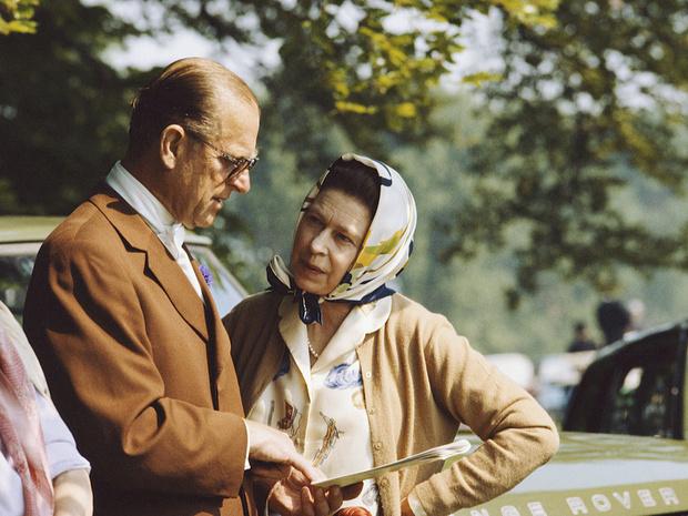 Фото №1 - Строгая жена: от какой привычки Королева заставила отказаться принца Филиппа