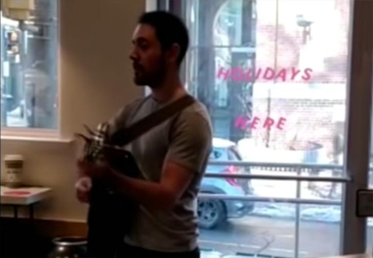 Фото №1 - В США бариста уволился, спев прямо в кафе песню про доставшего его начальника (видео)