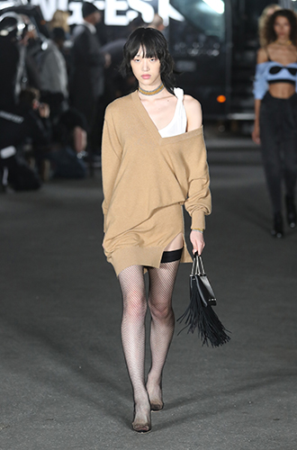 Фото №6 - Стразы, ботфорты и колготки в сеточку: как в моду входит все то, что раньше считалось безвкусицей