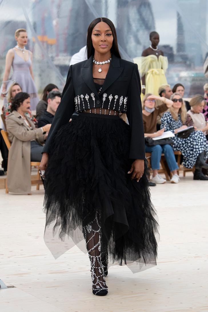 Фото №2 - Платья с облаками, перьями и корсетами: долгожданный показ Alexander McQueen SS22 в Лондоне