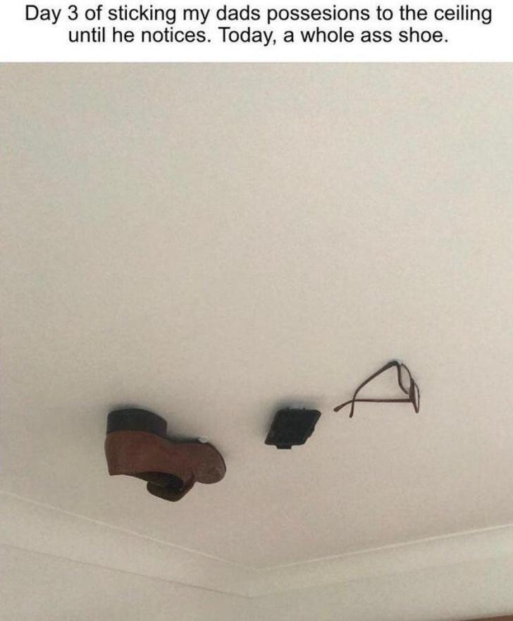 Фото №3 - Парень каждый день приклеивал к потолку одну из вещей отца и ждал, пока тот заметит