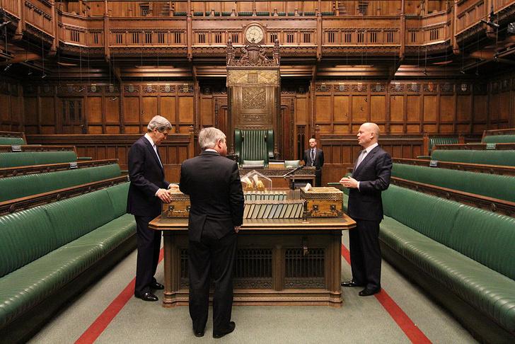 Фото №1 - Что за книги лежат на столе в зале заседаний британской палаты общин?