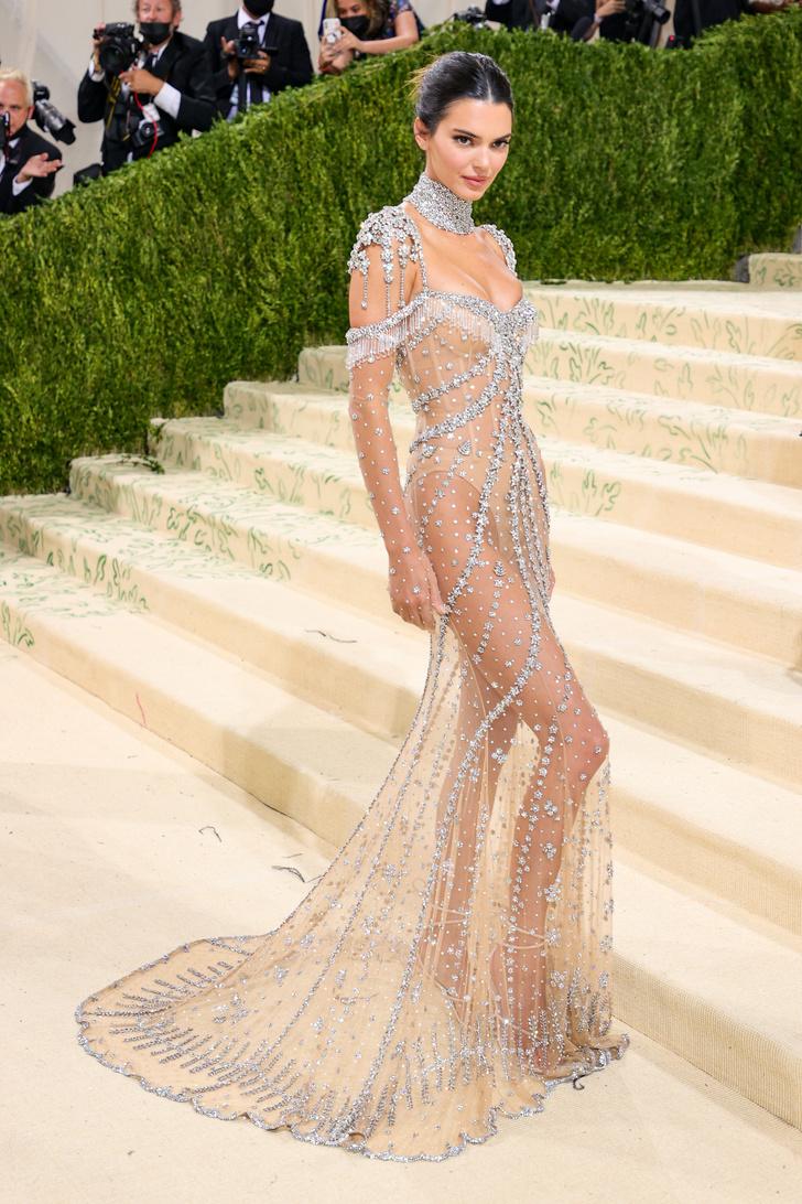 Фото №2 - Именно так выглядит роскошь: Кендалл Дженнер в «голом» платье Givenchy, расшитом миллионами сверкающих кристаллов