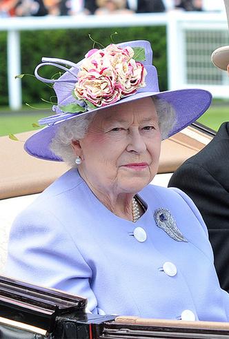 Фото №24 - Делайте ставки, господа: шляпки Королевы на Royal Ascot