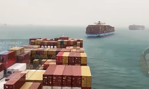 Фото №1 - Гигантское судно село на мель поперек Суэцкого канала и парализовало движение (видео)