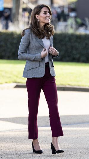 Фото №2 - Не повторять: Кейт Миддлтон в брюках, которые ужасно сидят
