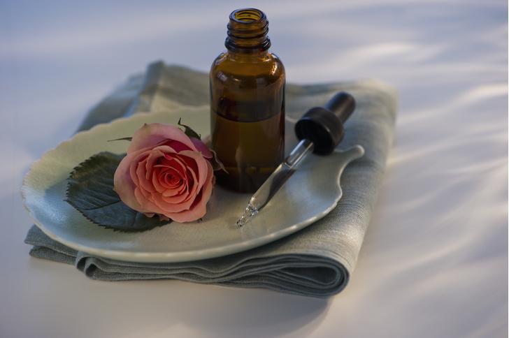 Эфирное масло розы для лица - отличная возможность сохранить молодость