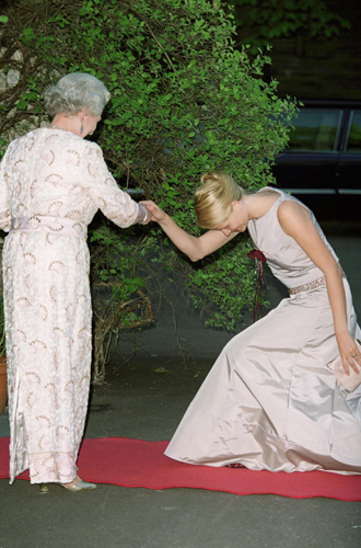 Фото №30 - Искусство реверанса: как современные принцессы и королевы приветствуют друг друга