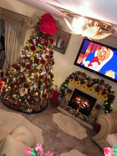 Фото №1 - Все ради любимых внуков: бабушка украсила елку в стиле сказки «Красавица и чудовище»