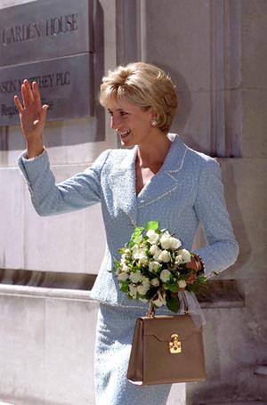 Фото №14 - Без церемоний: как Карл Лагерфельд провоцирует британских монархов