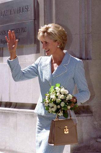 Фото №14 - Без церемоний: как Карл Лагерфельд провоцировал британских монархов
