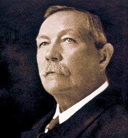 Сэр Артур Конан Дойл (1859—1930), создатель легендарного Шерлока Холмса (1854—1930)