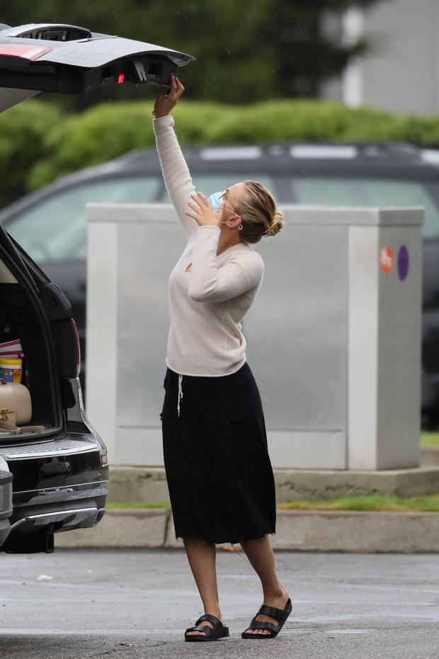 Фото №3 - Юбка из черного денима и «пуловер бухгалтера», в которых Скарлетт Йоханссон ходит за покупками