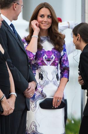 Фото №15 - Без церемоний: как Карл Лагерфельд провоцирует британских монархов
